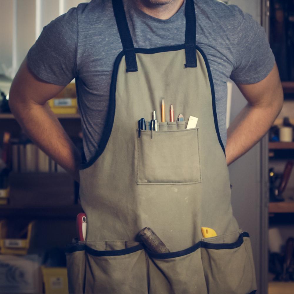 Heimwerker Handwerker Bastler Profi in der Werkstatt bei Pinava